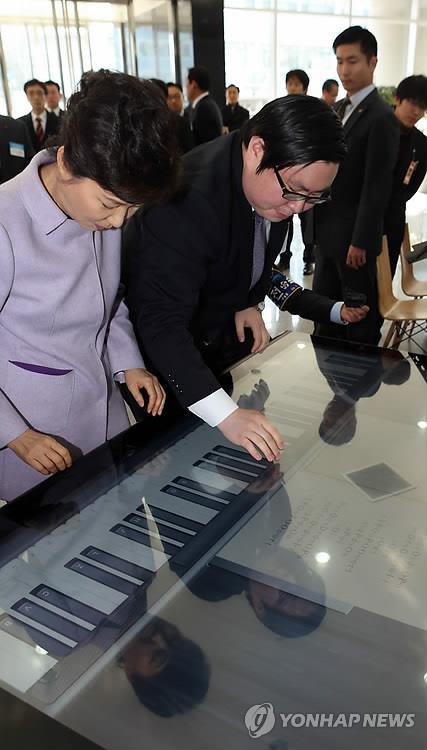 박근혜(왼쪽) 전 대통령과 김성진 아이카이스트 대표 [연합뉴스 자료사진]