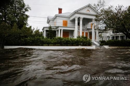 주택가에 물이 들어찬 모습 [로이터=연합뉴스]