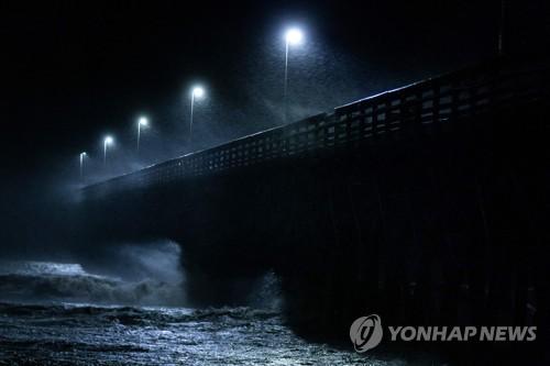 비바람 몰아치는 머틀 비치 [AFP=연합뉴스]