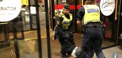 중국인 관광객이 스웨덴 경찰에 의해 호스텔에서 쫓겨나는 모습 홍콩 사우스차이나모닝포스트(SCMP) 캡처