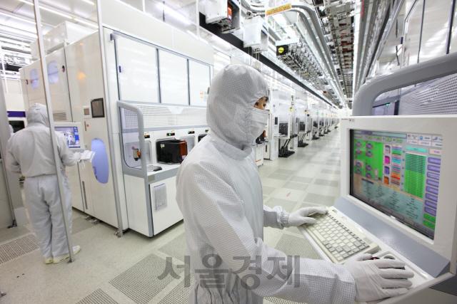 삼성전자의 메모리 반도체 생산라인 모습. /서울경제DB