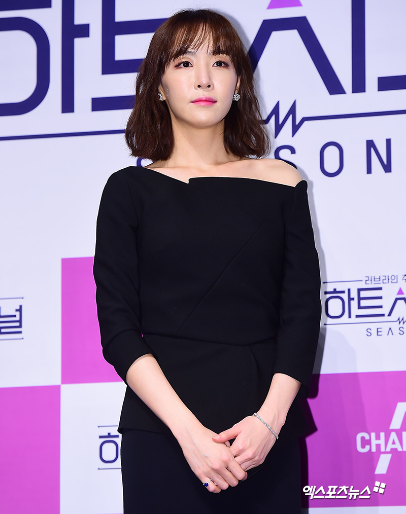 <p>KBS cool FM broadcasted on 19th Kim Seung-woo Jang Hang-juns Mr. Radio, the lyricist Kim Eana appeared as a guest.</p><p>Kim Eana says that only songs registered in the Copyright Association will reach 400 songs, the probability of being realized using normal lyrics will be about 40%, revealing the success rate.</p><p>Kim Seung-woo and Jang Hang-jun said that Kim Eanas song written by Kim Eana will not be reversed, and What was the best song among the songs that I was rejected I asked.</p><p>Kim Eana says The most painful song is EXOs Addicted , When I heard somewhere, I heard the lyrics that I used to drop out, why I heard such songs I regret it. </p><p>Also, Cool This Summer Summer has also dropped out. At that time I was a newcomer and ambitiously written and rejected, he added, I know that when I hear the completed song, it is much better than me .</p><p>Kim Eana introduced EXOs Addicted and laughed at jokingly saying How good is the song, if you reject Kim Eanas lyrics, EXOs Addicted .</p>