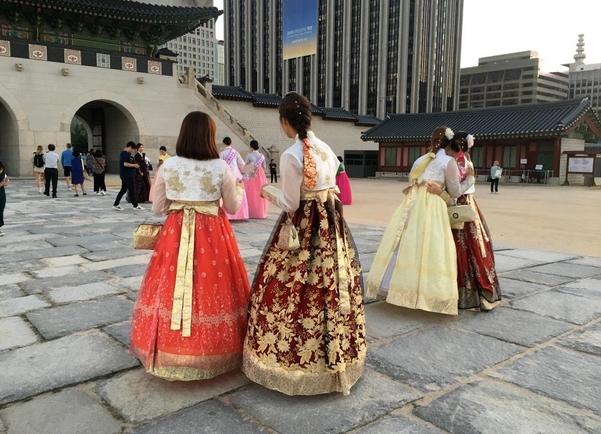 21일 경복궁을 방문한 관람객들이 퓨전 한복을 입고 있다./김은영 기자