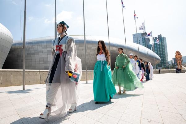 17일 동대문디자인플라자에서 열린 '궁나들이' 패션쇼./서울디자인재단 제공