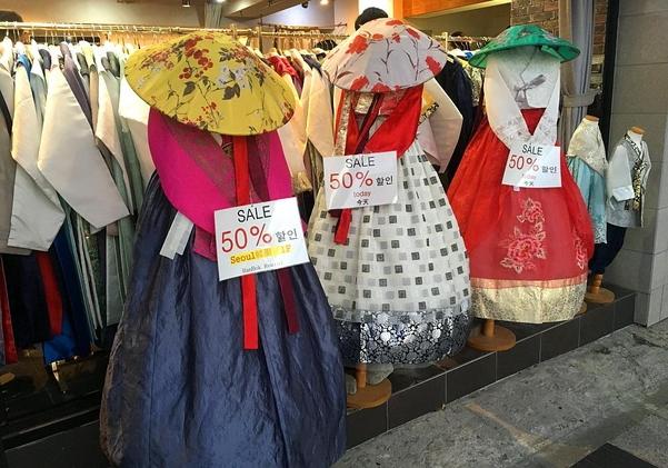 경복궁 인근의 체험 한복 매장, 주로 퓨전 한복을 전시하고 대여해 준다./김은영 기자