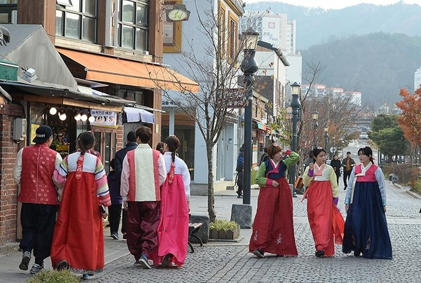 2015년 12월 전주 한옥마을에서 한복 체험을 즐기는 관광객들. 전통한복을 입은 모습이다./조선DB