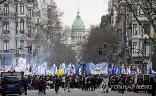 IMF 구제금융을 받는 아르헨티나에서 정부 경제정책에 반대 시위가 벌어지고 있다. [AFP=연합뉴스]