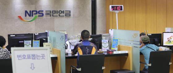21일 기초연금이 25만원으로 올랐다. 국민연금공단 종로중구지사에서 상담하는 모습. 연합뉴스,