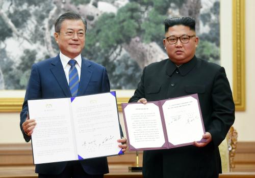 문재인 대통령과 김정은 국무위원장이 지난 19일 오전 평양 백화원 영빈관에서 평양공동선언문에 서명한 후 합의서를 들어보이고 있다. 평양사진공동취재단