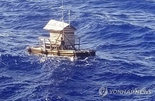 2018년 8월 31일 인도네시아인 남성 알디 노벨 아딜랑(18)을 태운 채 표류하다 괌 인근 해상에서 발견된 목제 뗏목. [AP=연합뉴스]