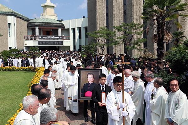 ⓒ연합뉴스 2016년 9월23일 광주 주교좌성당에서 고 조비오 신부 장례미사를 마친 성직자들이 운구하고 있다.
