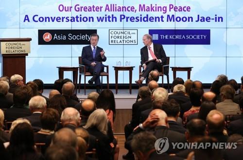 """뉴욕 외교협회에서 얘기 나누는 문 대통령 (뉴욕=연합뉴스) 배재만 기자 = 제73차 유엔총회 참석을 위해 뉴욕을 방문 중인 문재인 대통령이 25일 오후(현지시간) 미국 뉴욕 외교협회(CFR)에서 열린 """"위대한 동맹으로 평화를(Our Greater Alliance, Making Peace (부제:문재인 대통령과의 대화, A Conversation with President Moon Jae-in))""""행사에 참석해 질문에 답하고 있다.    scoop@yna.co.kr  (끝)"""