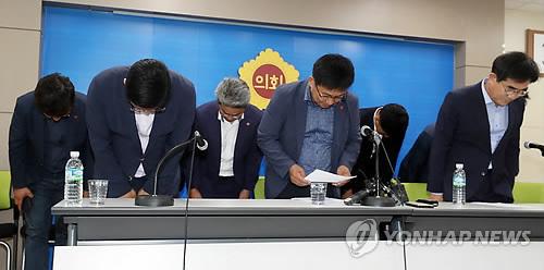 '뭇매' 뒤 고개숙인 제주도의회 민주당 의원들..사과 기자회견