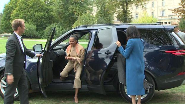 사실 지난주 자선 요리책 출판기념회에 도착한 메간 마클(오른쪽) 영국 왕자비는 비슷하게 차 문을 스스로 닫았다. 가운데는 그녀 어머니 도리아 랭글랜드.
