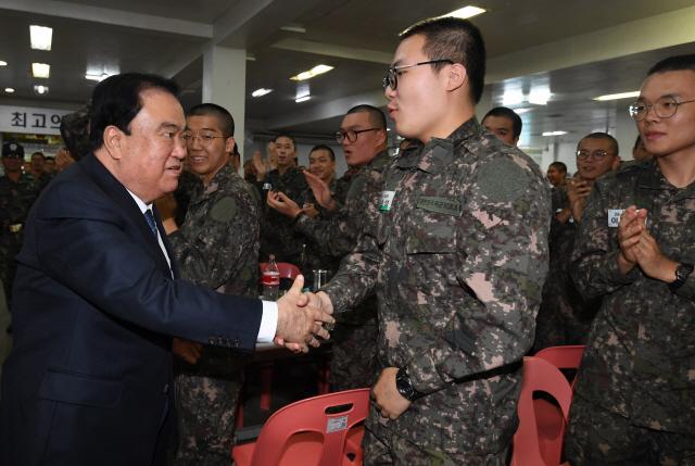 문희상 국회의장이 28일 육군 논산훈련소를 방문해 장병들을 격려하고 있다. /연합뉴스