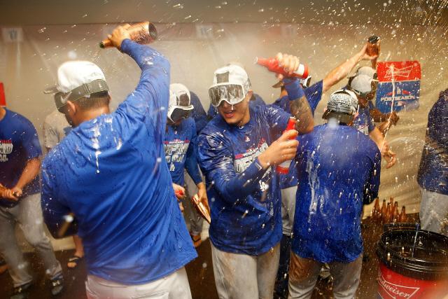 LA 다저스 선수들이 30일(한국시간) 샌프란시스코전 승리 뒤 샴페인을 뿌리며 포스트시즌 진출을 자축하고 있다. /샌프란시스코=AFP연합뉴스