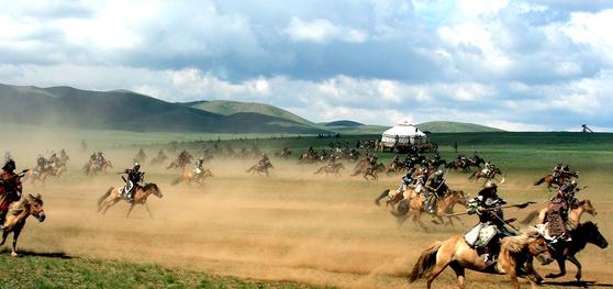 13세기 칭기즈칸 군대의 기마 전술을 재현한 몽골군인들이 20일 세렝게의 초원을 질주하고 있다. [세렝게=강병철 기자]