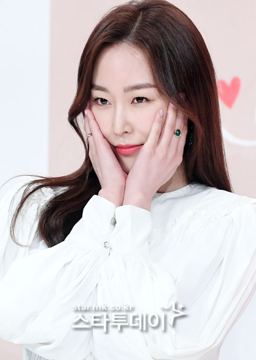 <p>Actor Seo Hyun-jin poses in the drama The Beauty Inside production report society held in the time square of Yeongdeungpo, Seoul on the afternoon of the afternoon.</p>
