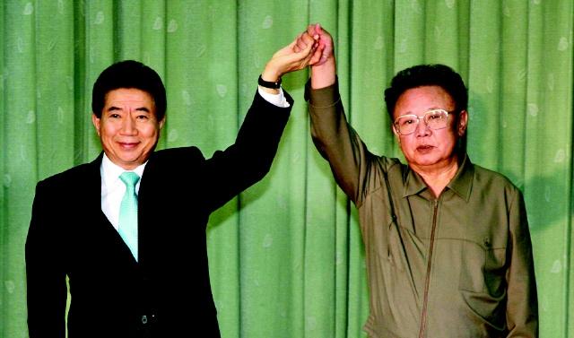 2007년 10월4일 평양 백화원영빈관에서 고 노무현 대통령과 고 김정일 국방위원장이 10.4 정상선언에 서명한 뒤 서로 손을 맞잡아 들어올리고 있다. 청와대 사진기자단.