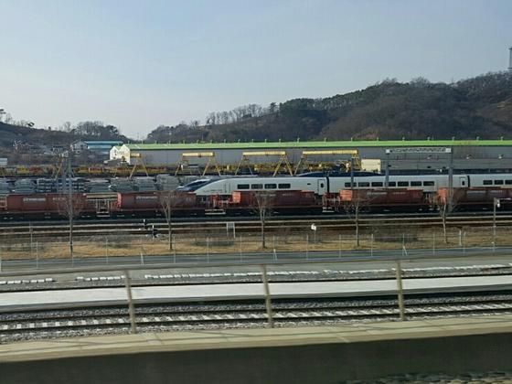 오송차량기지에 장기 보관 중인 해무열차. 흰색 바탕에 검은색이 눈에 띈다. [중앙포토]