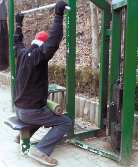 노인이 가장 걱정하는 병이 바로 치매다. 치매를 막기 위해서는 꾸준히 배우고 운동해야 한다. 산에 올라가 운동 기구에서 운동하고 있는 한 노인. [연합뉴스]
