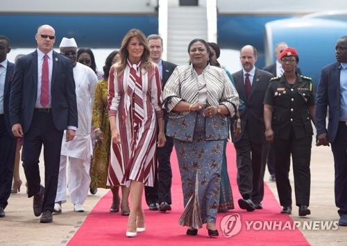 아프리카 가나를 방문한 미국 멜라니아(중앙에서 왼쪽) 여사[AFP=연합뉴스]