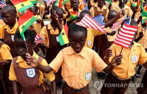 미국 멜라니아 여사의 방문을 환영하는 가나 어린이들[로이터=연합뉴스]