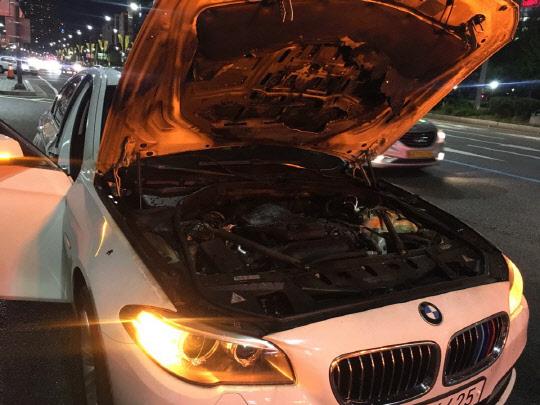 지난 1일 서울 송파구 잠실역 인근에서 화재가 발생한 BMW 차량. <김양혁 기자>