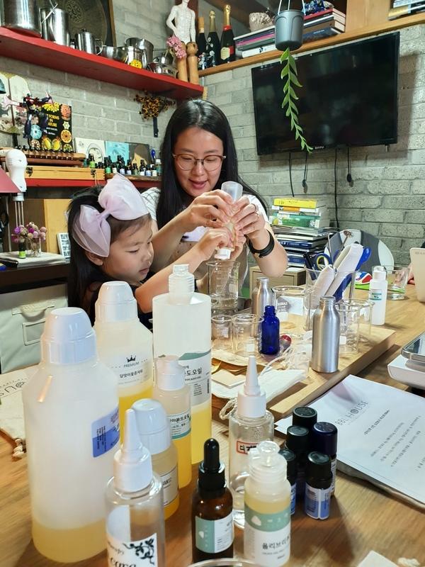 비건 화장품 디아이와이(DIY) 체험 공간 '비비엘하우스'에서 김아람씨와 그의 딸이 비건 화장품을 만들고 있다. 김포그니 기자