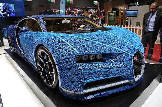 '레고로 만든 부가티 시론'. 완구업체 레고가 100만개 이상의 레고로 실제 차량 시론과 동일한 크기로 만들었다.시속 20km로 달릴 수도 있다.[UPI=연합뉴스]