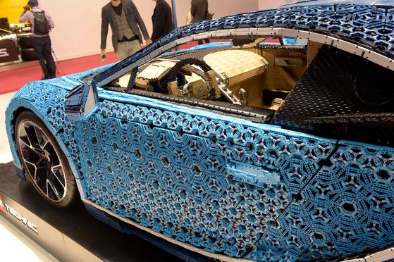 차량 부품의 90%를 레고로 만든 '레고 부가티 시론'을 제작하기 위해 1년 6개월 동안 직원 16명을 투입했다고 레고측은 발표했다.[AFP=연합뉴스]