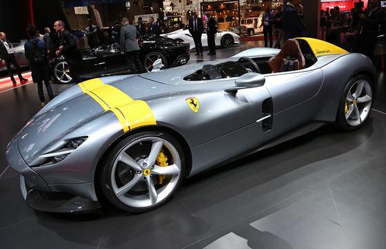페라리가 1950년대 경주용 차량을 기본으로 제작한 몬자 SP1. 모델은 1인승 차량 몬자 SP1과 2인승 차량 몬자SP2가 있다.시속 200km까지 7.9초가 걸린다.[UPI=연합뉴스]