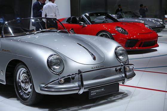 포르쉐의 3가지 모델이 나란히 전시되어 있다. 포르쉐는 페이스리프트한 신형 마칸을 파리 무대에서 공개했다.[UPI=연합뉴스]