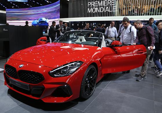 BMW의 신형 Z4가 파리모터쇼를 통해 유럽에서 처음 공개됐다.지붕은 소프트탑을 채용했고 내년 상반기부터 세계 시장에 순차적으로 출시된다.[UPI=연합뉴스]