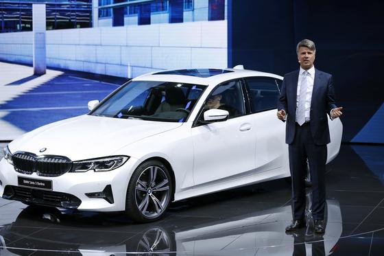 BMW는 베스트셀링카인 3시리즈 7세대 모델을 공개했다. 가솔린 엔진을 단 320i와 330i, 디젤 엔진을 단 320d가 선보였다. BMW 회장 하랄드 크루거가 3시리즈 신모델을 설명하고 있다.[EPA=연합뉴스]