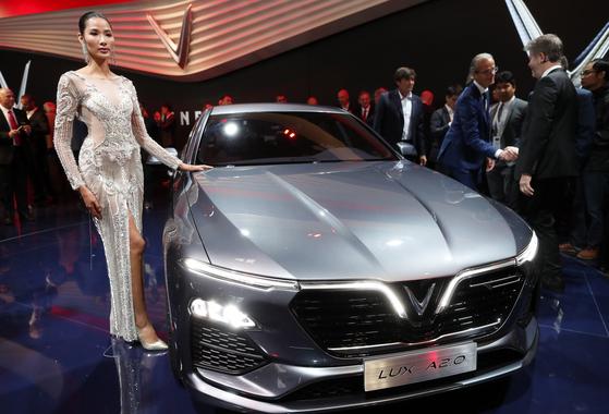 베트남 최초의 자동차 회사 빈패스트가 세단 '럭스 A 2.0'을 공개했다. 베트남 기업 빈그룹의 계열사인 빈패스트는 올해 말부터 세단과 SUV를 베트남에서 공식 판매할 예정이다. [EPA=연합뉴스]