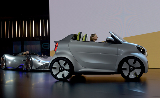 스마트사의 2인승 소형 전기차 '포이즈'. 스마트사는 벤츠의 자회사로 경차를 전문적으로 제작한다.지붕이 없는 컨버터블 스타일로 만들어졌다.[AFP=연합뉴스]