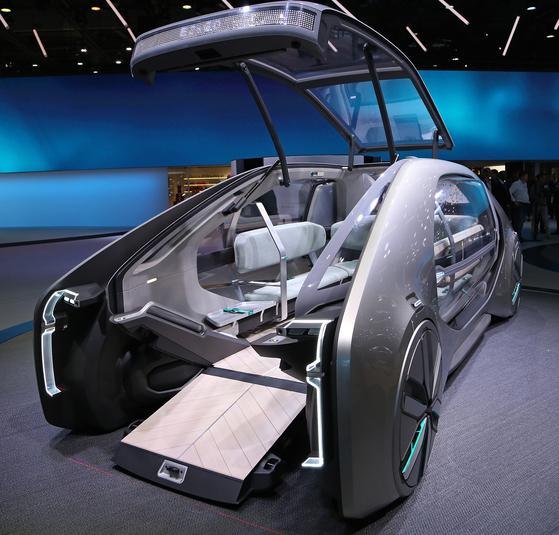 르노의 이지-고는 유모차나 휠체어를 이용하는 탑승객의 승하차가 손쉽게 제작됐다. 일명 로봇 택시로도 불리는 이지-고는 자율주행 컨셉트카로 좌석이 U자 형태로 배치되어 있다.[UPI=연합뉴스]