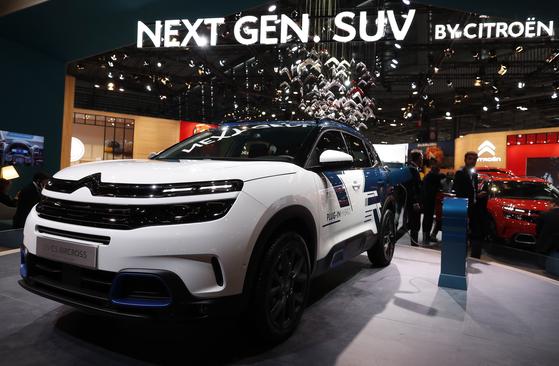스트로엥의 첫 플러그인 하이브리드 'C5 에어크로스'. 시트로엥의 고급 브랜드 DS의 SUV 모델인 DS3은 이번 모터쇼의 의전차량으로 사용되고 있다.[EPA=연합뉴스]