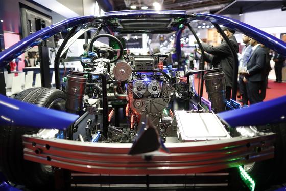 일본의 자동차부품 회사인 아이신 세이키가 만든 자동차 내부 프레임이 2일 파리모터쇼에 전시되어 있다.[EPA=연합뉴스]