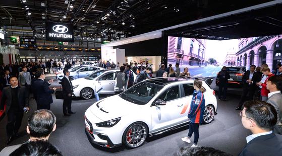 2일(현지시간) 파리모터쇼에 마련된 현대자동차 부스에 취재진과 관계자들이 차량을 구경하고 있다.[뉴시스]