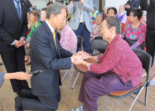 원폭 피해자 만나 위로하는 하토야마 전 일본 총리(왼쪽)