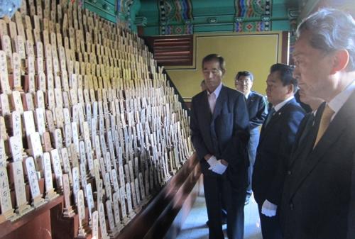 원폭 피해자 위령각 참배하는 하토야마 전 일본 총리(오른쪽)