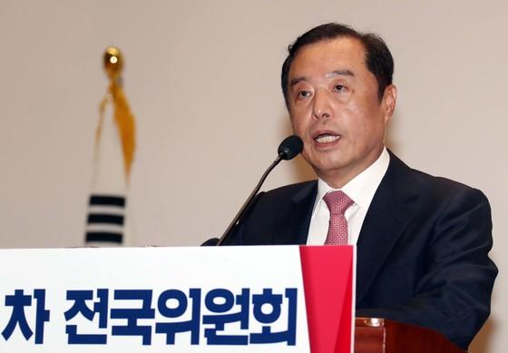 김병준 한국당 비대위원장이 지난 7월17일 선임 직후 국회의원회관에서 인사말을 하고 있다. [중앙포토]