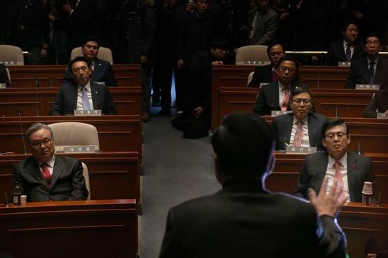 지난해 1월 인명진 새누리당 비대위원장이 주재하는 의원총회. 서청원 의원은 이날 인적청산에 대해 강하게 반발했다. [중앙포토]