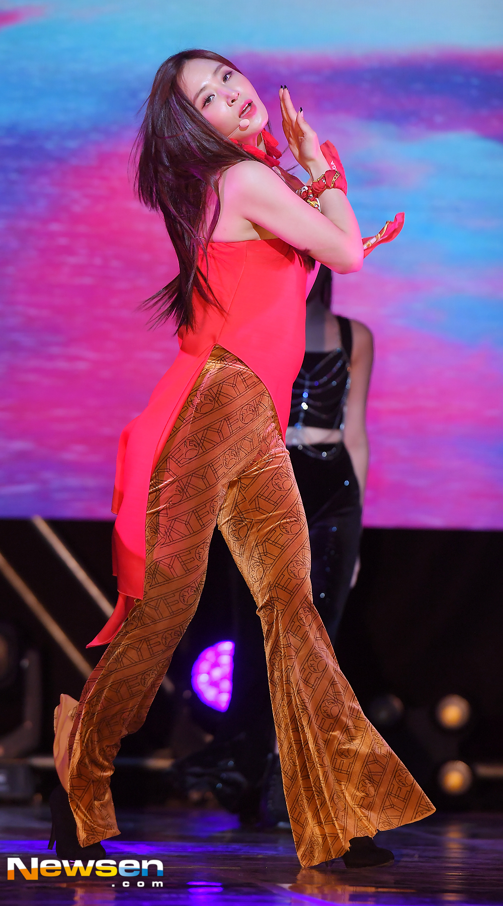 <p>Girls Generation Glass Solo Showcase was held at Sangmyung University Sangmyung Art Center in Seoul, Jongno-gu, Seoul on October 4</p><p>On this day, the glass showed off a wonderful stage.</p><p>The first solo album The First Scene will be released on October 4th at 6 pm on various music sites.</p>