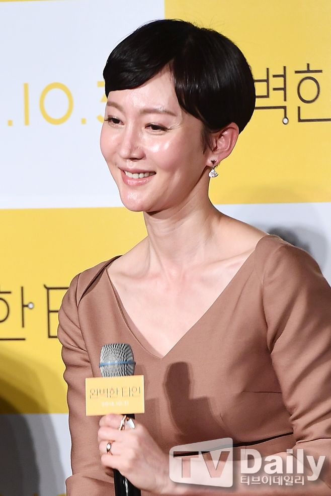 <p>The movie The Perfect One was held at the entrance of the Lotte Cinema Club in Jayang-dong, Gwangjin-gu, Seoul on the morning of the 4th.</p><p>On the day of the production, there were Hwang Hae Jin, Cho Jin-woong, Lee Seo-jin, Yum Jung-ah, Kim Ji-soo, Song Ha-yoon, Yun Kyung Ho and Lee Jae Kyu.</p><p>The film Perfect One starring Yoo Hae-jin, Lee Seo-jin, Yum Jung-ah, Kim Ji-soo and Song Ha-yoon is a perfect match for a couple, This is an unpredictable story due to a game that has to be released forcibly.</p><p>Perfect Tain production presentation</p>