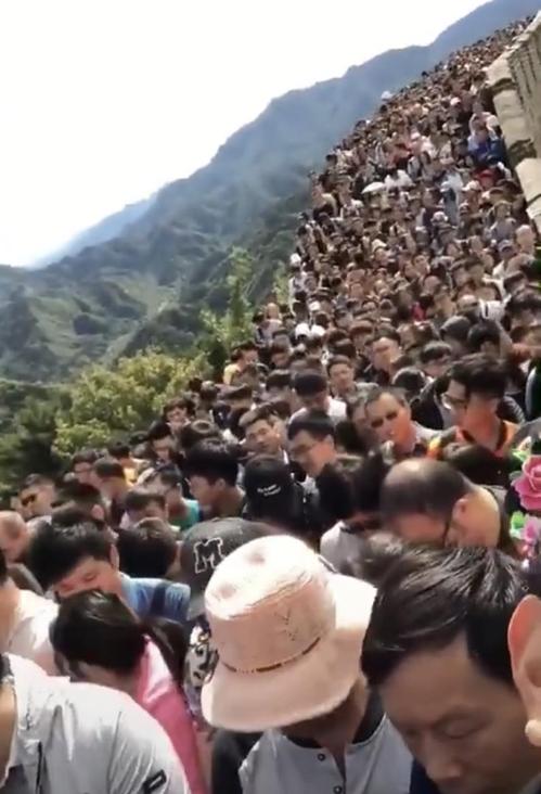 국경절 연휴 인파로 가득한 만리장성 [웨이보 캡처]