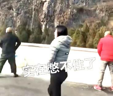 국경절 연휴 고속도로 정체에 화장실로 변한 中고속도로 [웨이보 캡처]