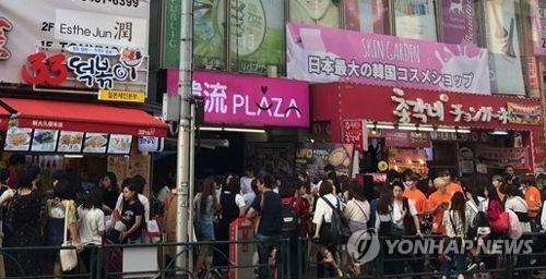 붐비는 신오쿠보 코리아타운 일본 도쿄의 코리아타운 신오쿠보 거리 모습 [촬영 김병규]